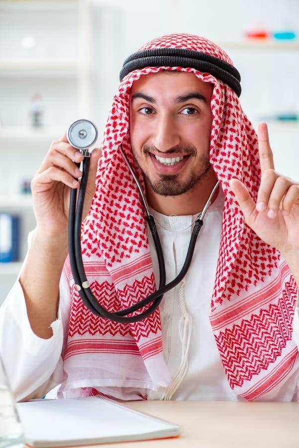 有听诊器的阿拉伯沙特医生在医院 库存图片