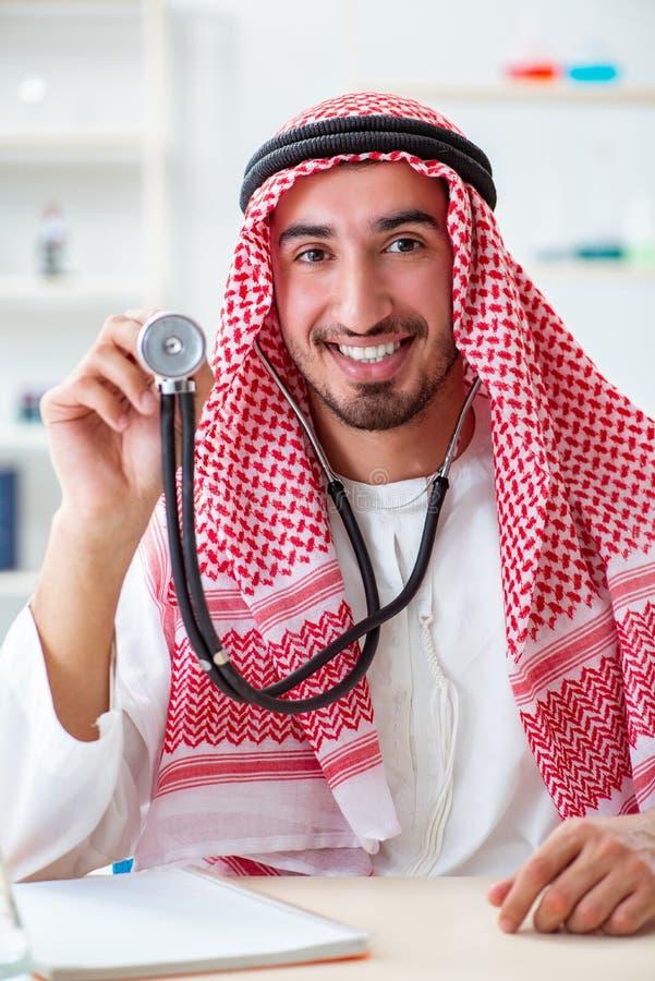 有听诊器的阿拉伯沙特医生在医院 免版税图库摄影