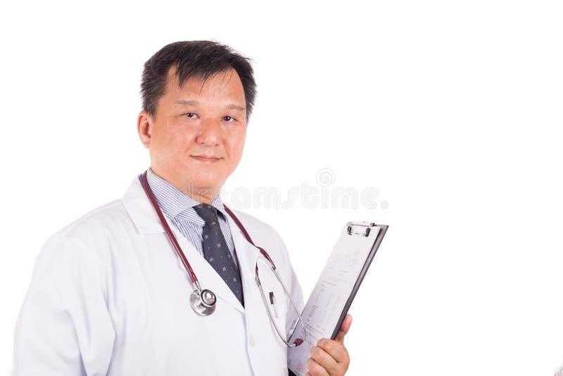 有听诊器的, w成熟的,确信的亚裔男性医生 免版税库存图片