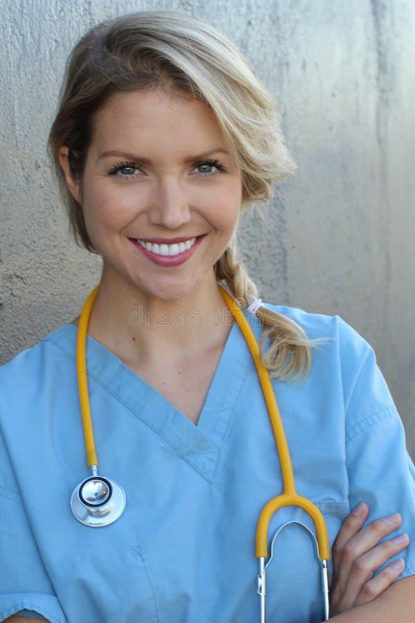 有听诊器的-画象年轻美丽的成功的女性医生 免版税库存图片