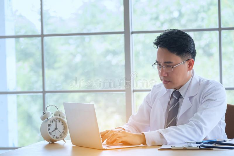 有听诊器运作的文字的医生在与clipbo的文书工作 库存图片