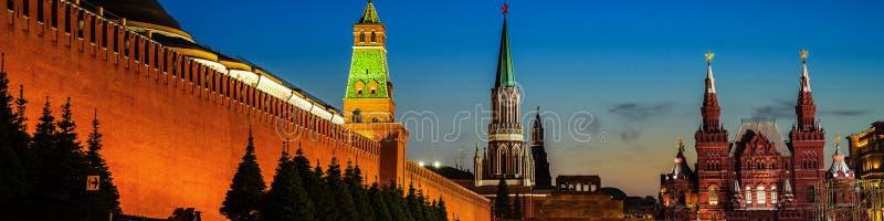 有启发性克里姆林宫墙壁在莫斯科,俄罗斯在晚上 图库摄影