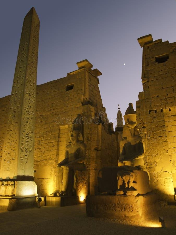 有启发性卢克索神庙在晚上 免版税库存图片