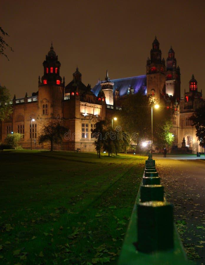 有启发性大厦在晚上在格拉斯哥 库存照片
