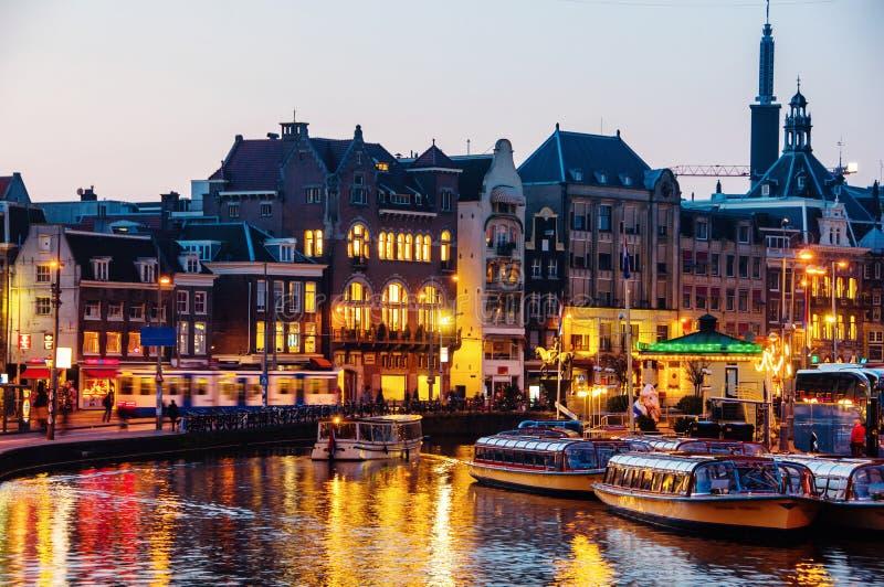有启发性大厦在阿姆斯特丹,荷兰的中心在晚上 库存照片