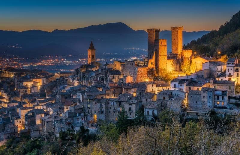有启发性帕琴特罗在晚上,拉奎拉省的,阿布鲁佐,意大利中部中世纪村庄 免版税库存照片