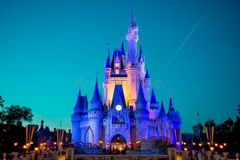 有启发性灰姑娘的城堡全景在蓝色夜背景的在华特・迪士尼世界的1不可思议的王国 免版税库存图片