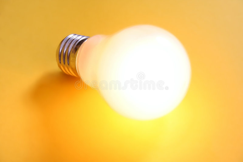 有启发性电灯泡 免版税库存图片
