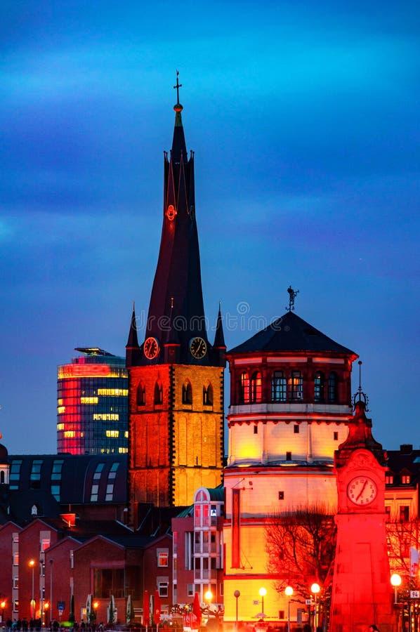 有启发性老历史大厦在杜塞尔多夫,德国在晚上 图库摄影