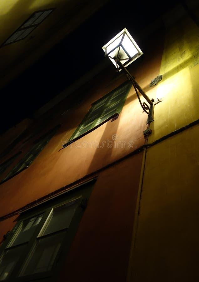 有启发性街灯在老镇斯德哥尔摩 库存照片