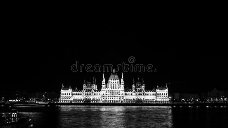 有启发性议会大厦夜视图在布达佩斯,匈牙利 黑色白色 免版税库存图片