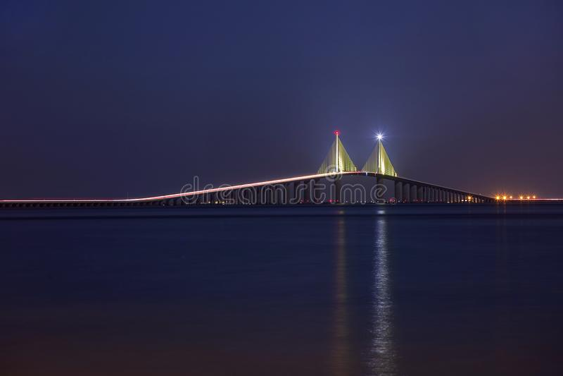 有启发性阳光Skyway桥梁在晚上,全长 免版税库存图片
