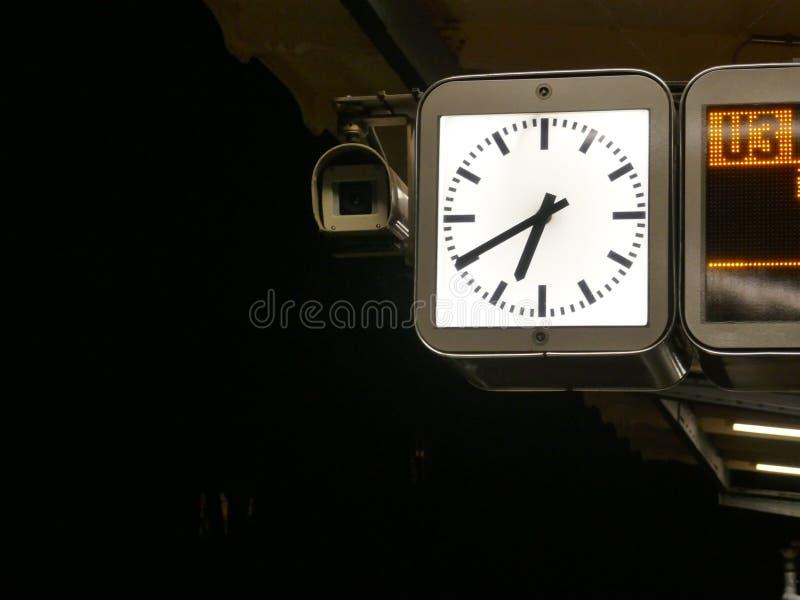 有启发性驻地时钟,在地铁的平台的晚上 免版税库存图片