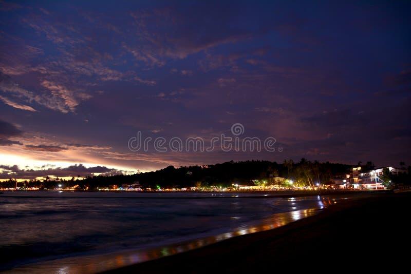 有启发性Unawatuna热带海滩的美好的夜视图 图库摄影