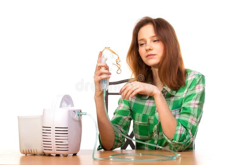 有吸入器的哀伤的妇女 库存照片