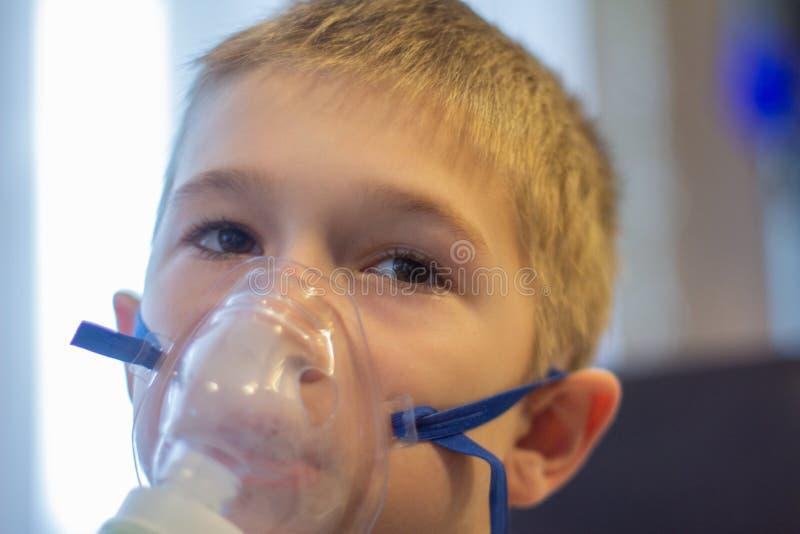 有吸入器的孩子 免版税库存照片