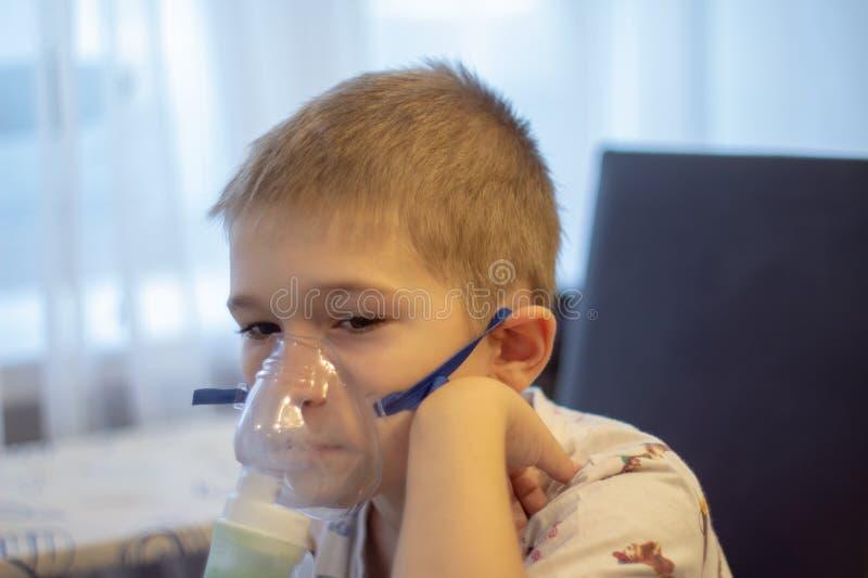 有吸入器的孩子 免版税库存图片