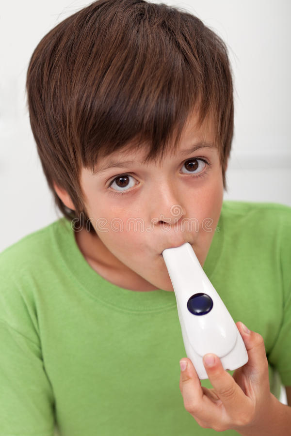 有吸入器的男孩 库存照片