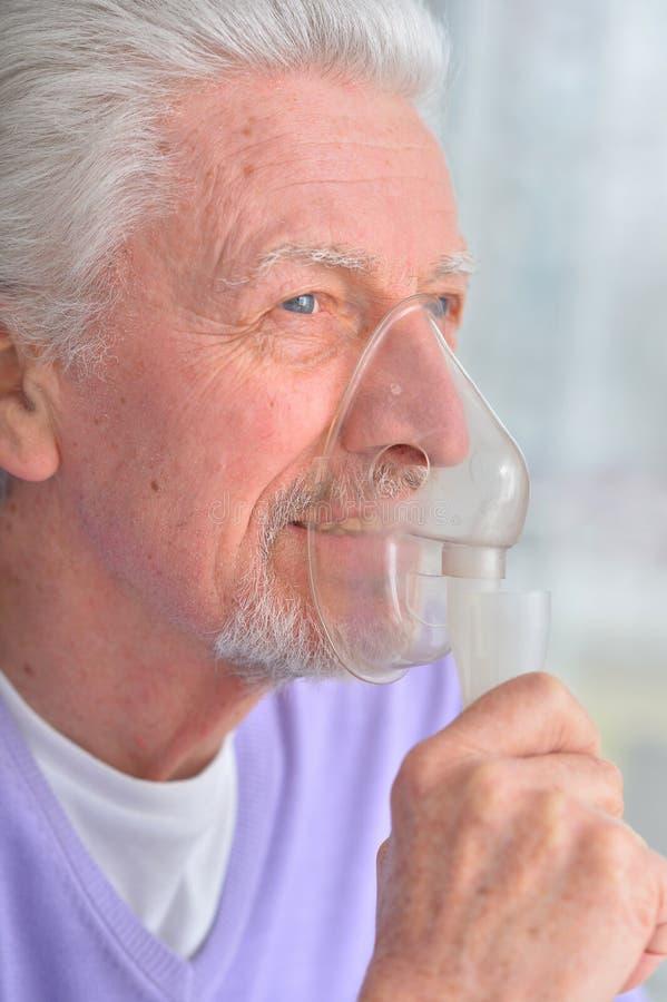 有吸入器的老人 免版税库存图片
