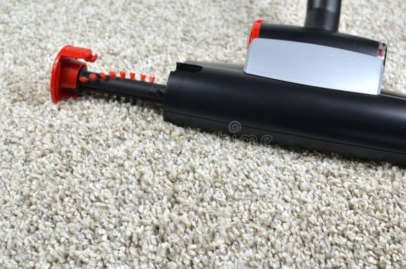 有吸尘器宠物刷子的清洁地毯 免版税库存图片