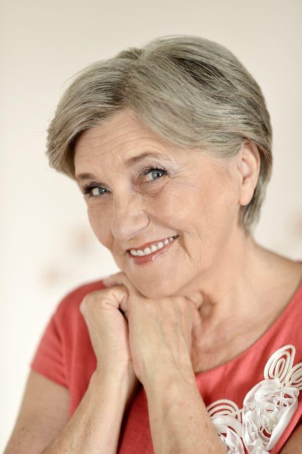 有吸引力一名年长妇女 免版税图库摄影