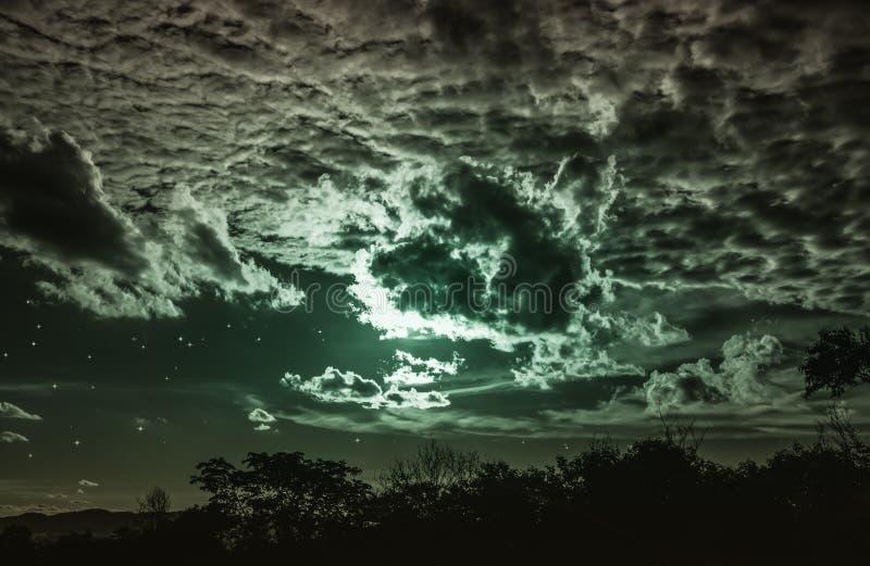 有吸引力与星的惊人的蓝色黑暗的夜空和多云 免版税库存图片
