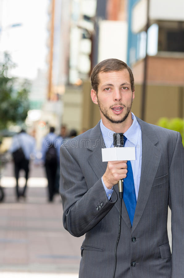 有吸引力专业男性新闻记者佩带 免版税库存照片