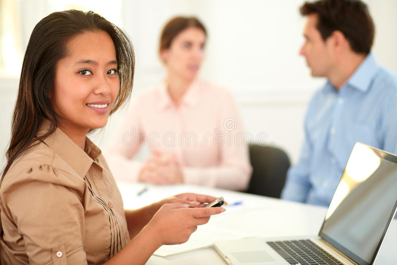 有吸引力亚洲女性微笑对您 免版税库存照片