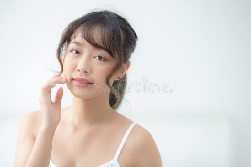 有吸引力化妆用品、女孩手接触的面颊和的微笑画象美好的亚洲妇女构成  免版税库存照片