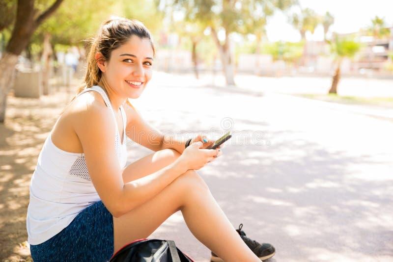 有吸引力女性休息在锻炼以后 免版税图库摄影