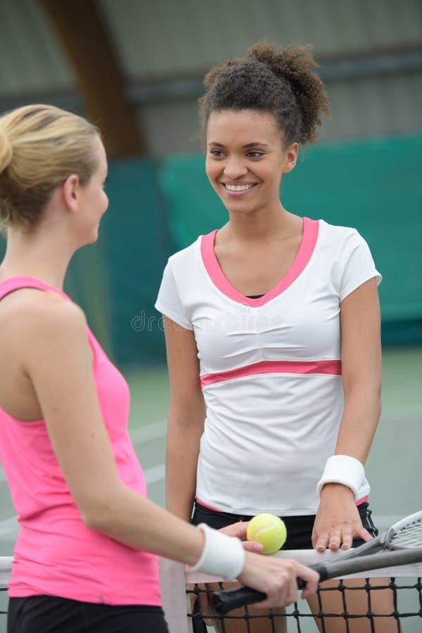 有吸引力女性网球员谈话 免版税库存图片
