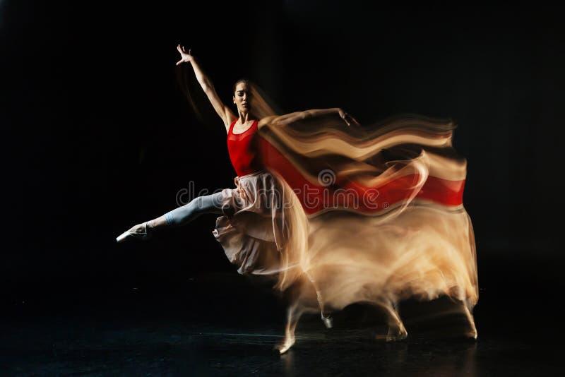 有吸引力女性舞蹈家执行 免版税库存照片