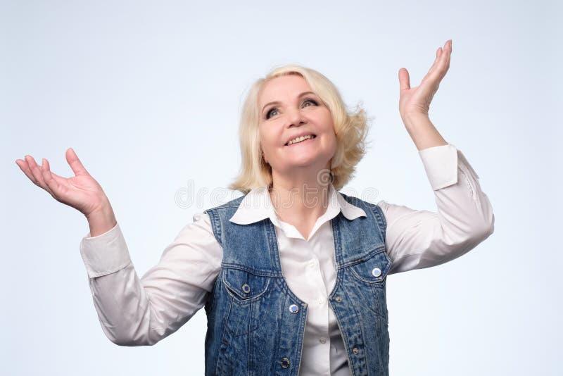 有吸引力微笑的老白肤金发欧洲妇女微笑 库存图片
