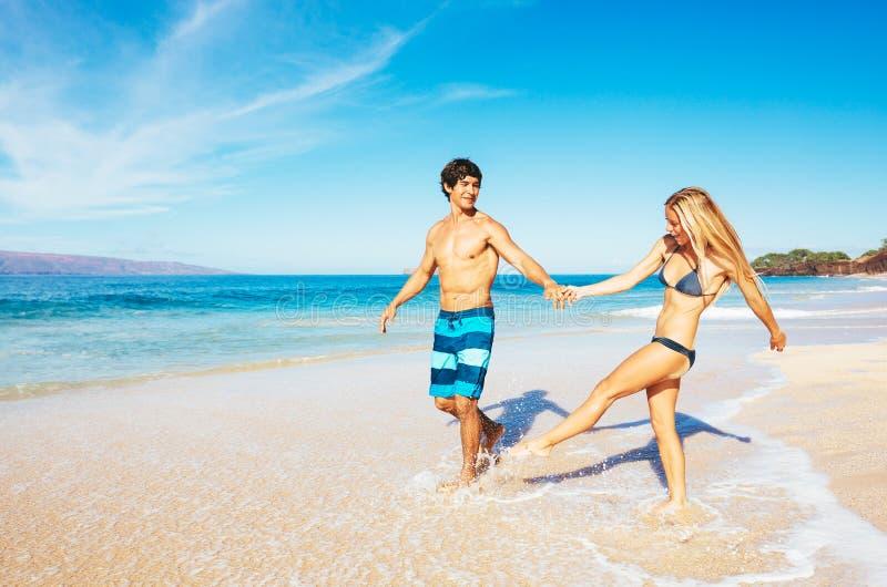 有吸引力愉快夫妇赛跑和使用 免版税图库摄影