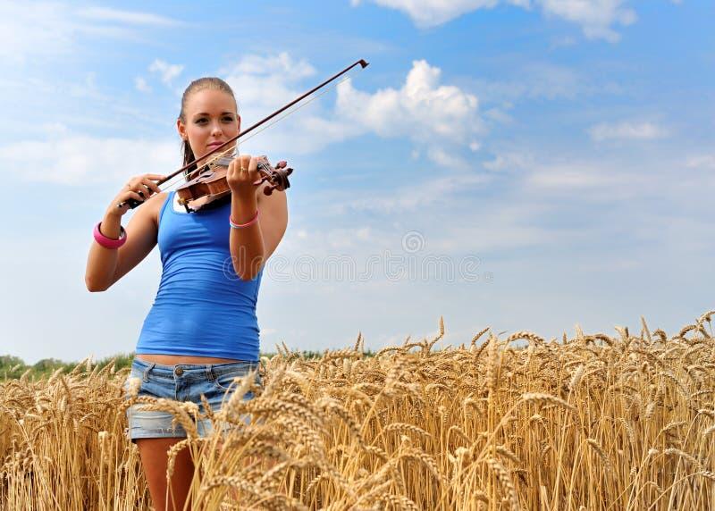 有吸引力的使用的小提琴妇女年轻人 库存照片