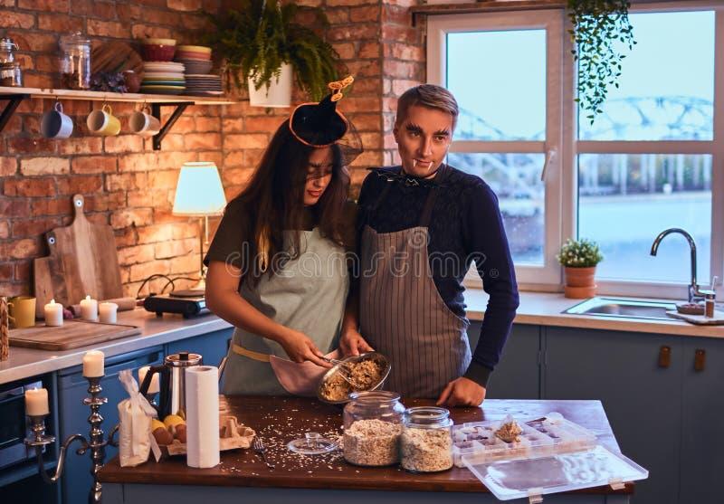 有吸引力的加上一起烹调早餐的构成在顶楼样式厨房里在早晨 库存照片