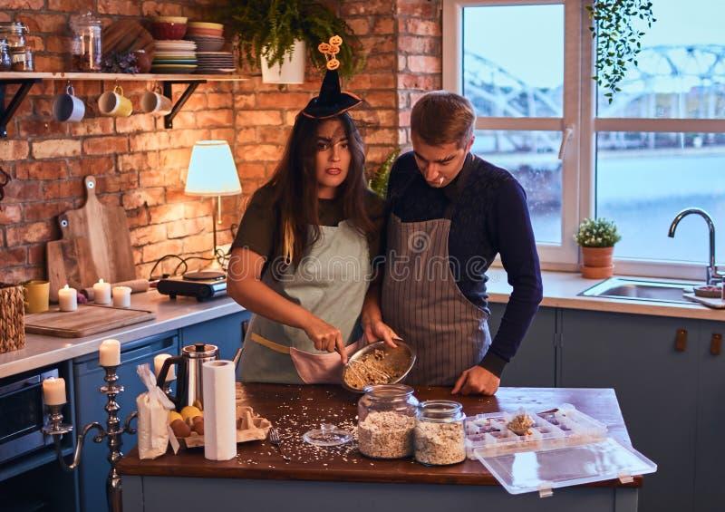 有吸引力的加上一起烹调早餐的构成在顶楼样式厨房里在早晨 库存图片