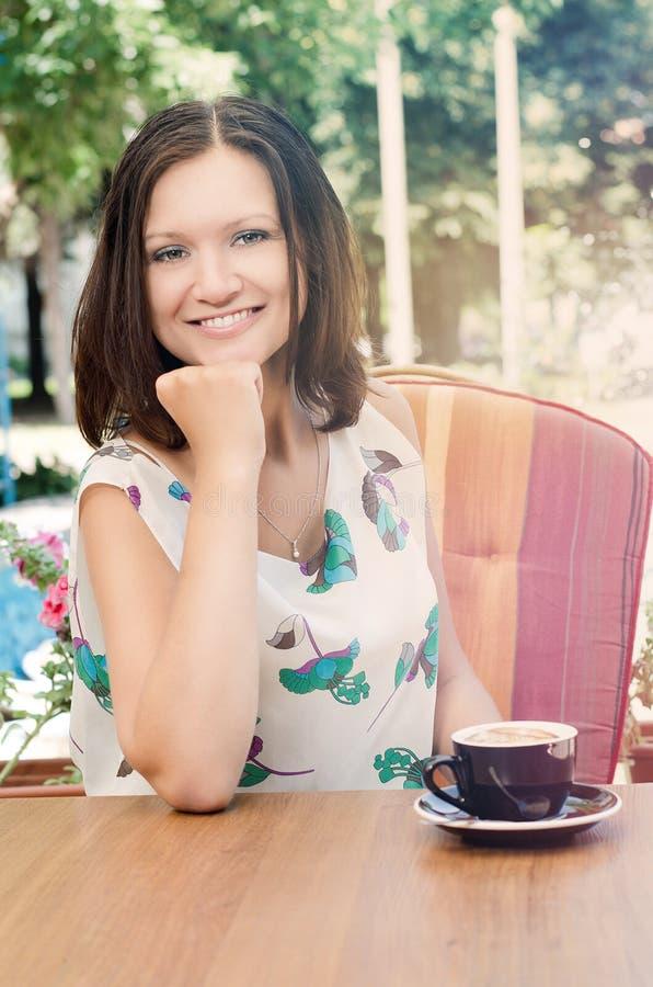 有吸引力的咖啡饮用的妇女 免版税库存图片