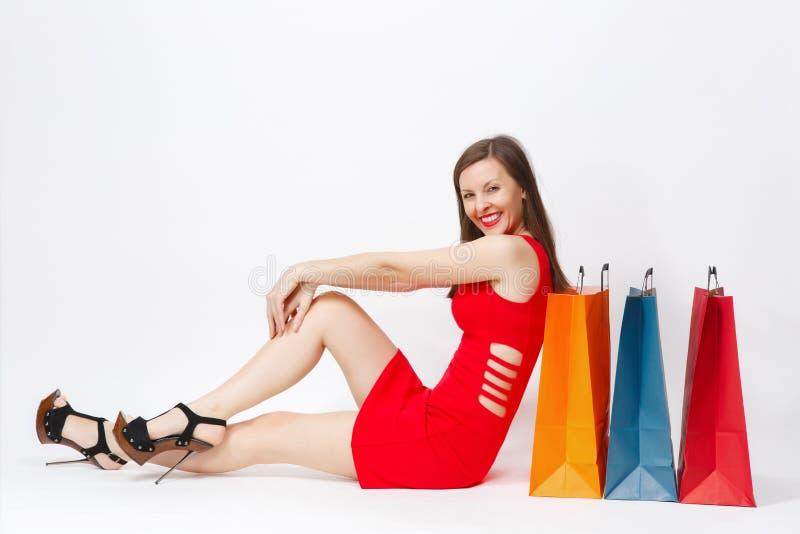 有吸引力的在白色背景隔绝的红色礼服的魅力白种人时兴的年轻微笑的妇女 复制空间广告 图库摄影
