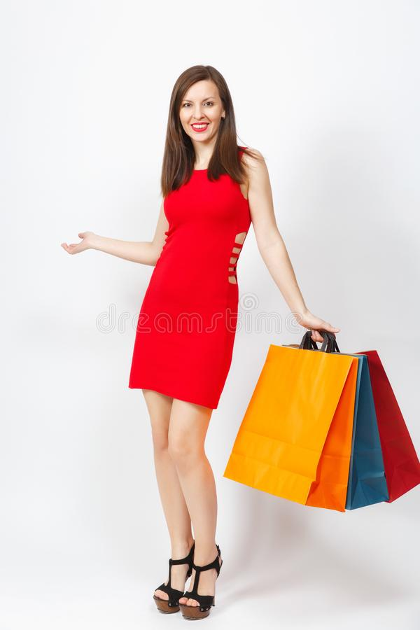 有吸引力的在白色背景隔绝的红色礼服的魅力白种人时兴的年轻微笑的妇女 复制空间广告 免版税库存图片