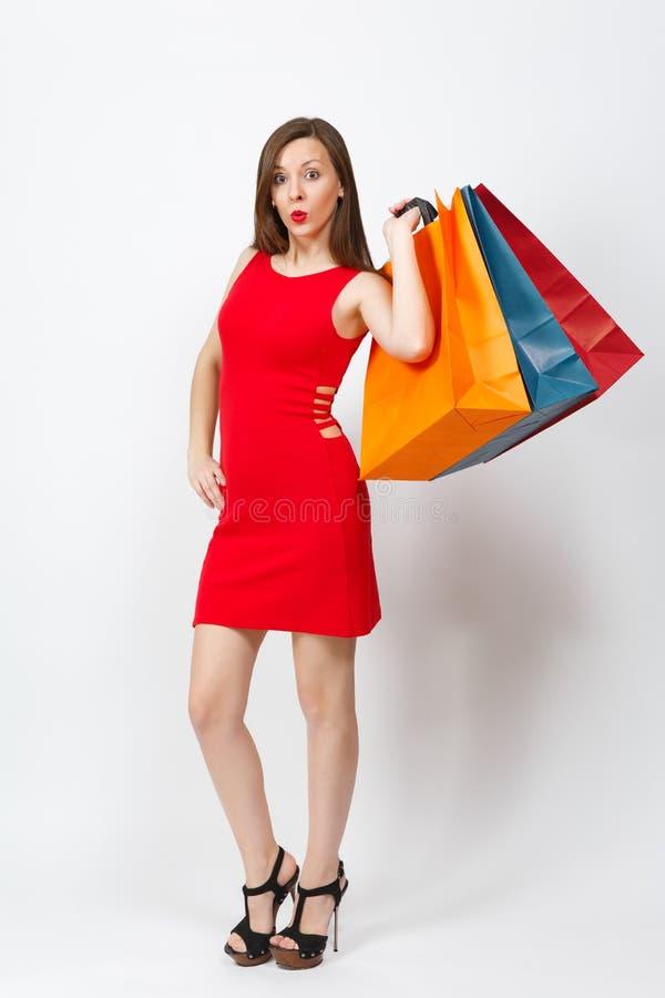 有吸引力的在白色背景隔绝的红色礼服的魅力白种人时兴的年轻微笑的妇女 复制空间广告 库存图片
