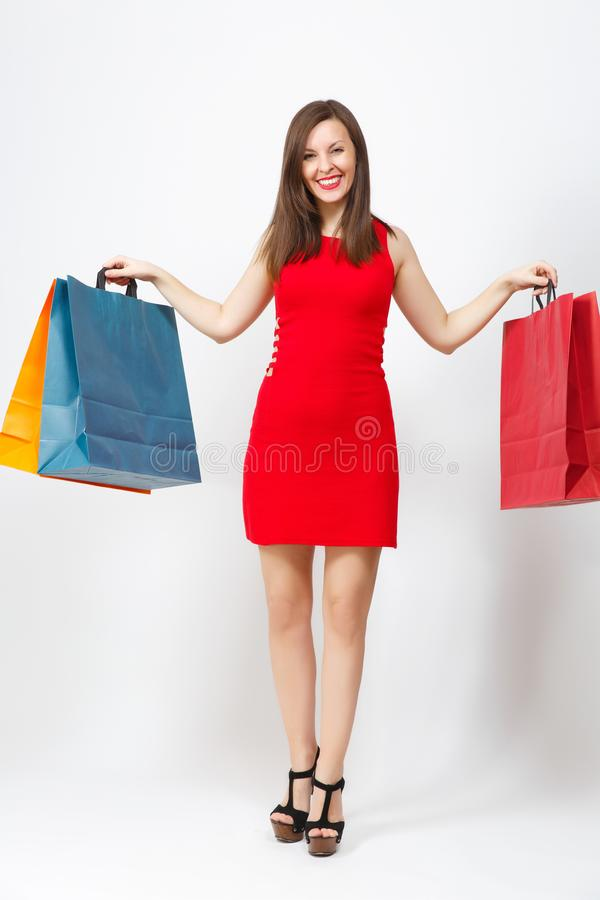 有吸引力的在白色背景隔绝的红色礼服的魅力白种人时兴的年轻微笑的妇女 复制空间广告 免版税图库摄影
