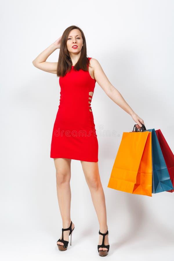 有吸引力的在白色背景隔绝的红色礼服的魅力白种人时兴的年轻微笑的妇女 复制空间广告 免版税库存照片