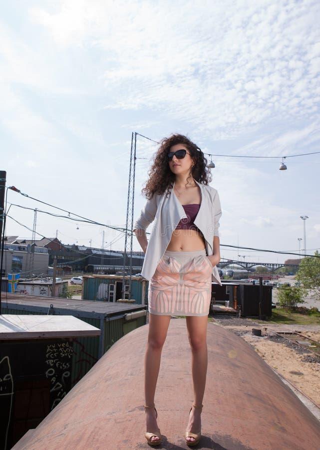 有吸引力的太阳镜妇女年轻人 图库摄影