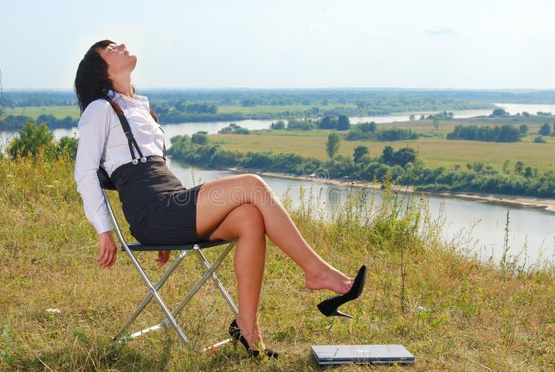 有吸引力的夫人放松年轻人 库存图片