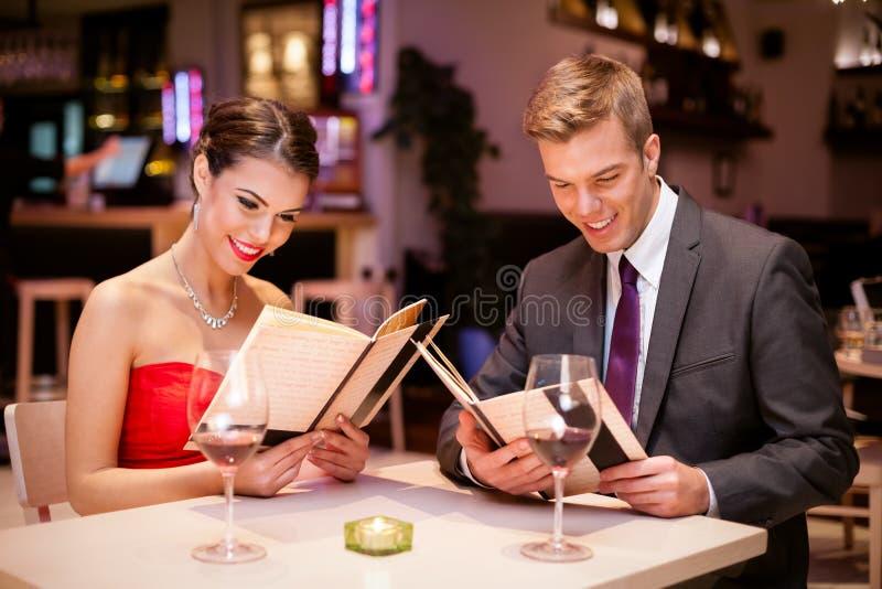 有吸引力的夫妇在餐馆 免版税库存图片