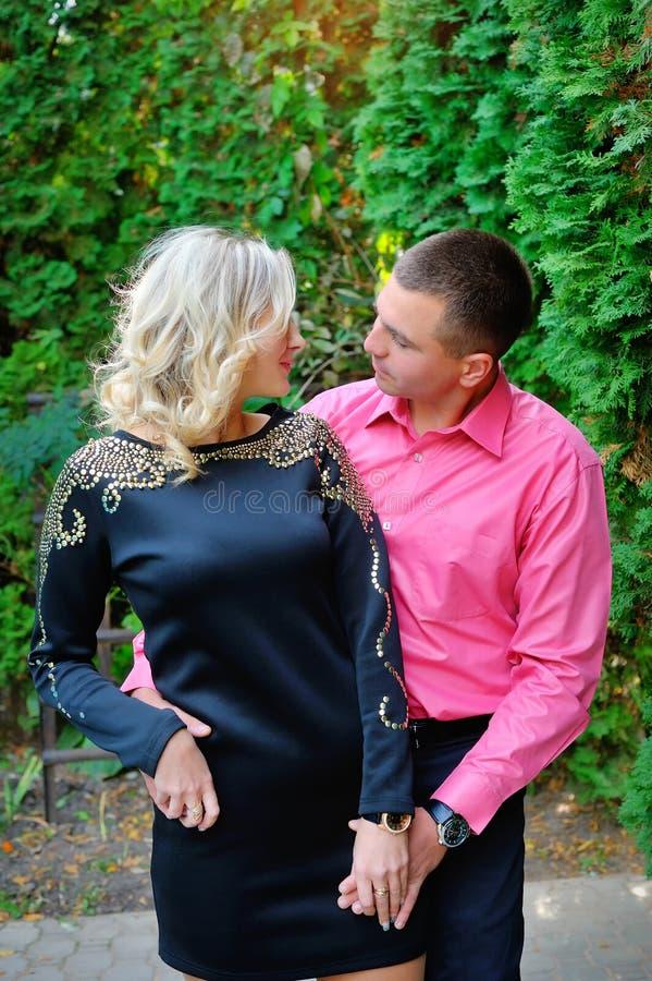 有吸引力的夫妇愉快一起微笑年轻人 库存图片