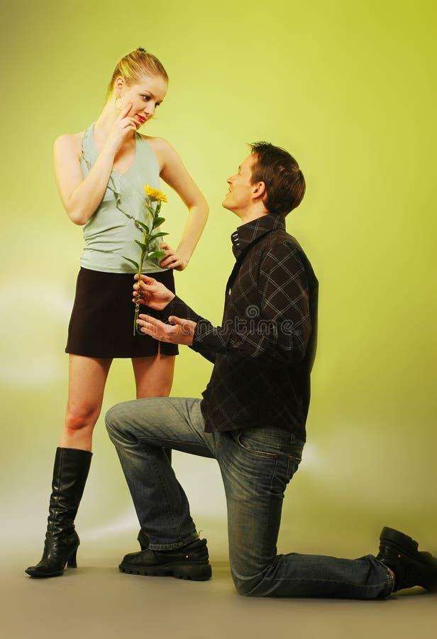 有吸引力的夫妇愉快的性感的年轻人 免版税库存图片