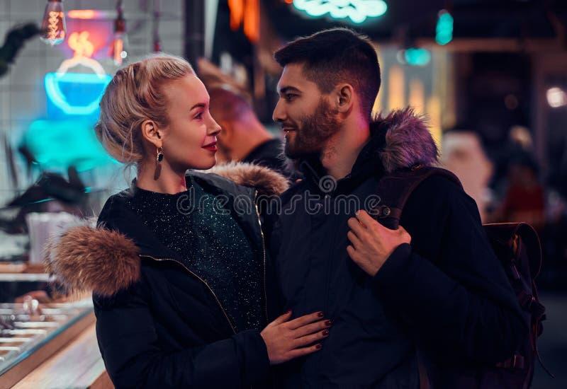 有吸引力的夫妇爱 拥抱她的男朋友身分的美女在街道上的夜 免版税图库摄影