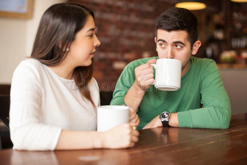 有吸引力的夫妇谈话在咖啡店 库存图片